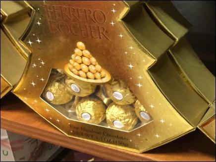 Ferrero Rocher Decorates a Christmas Tree 1x